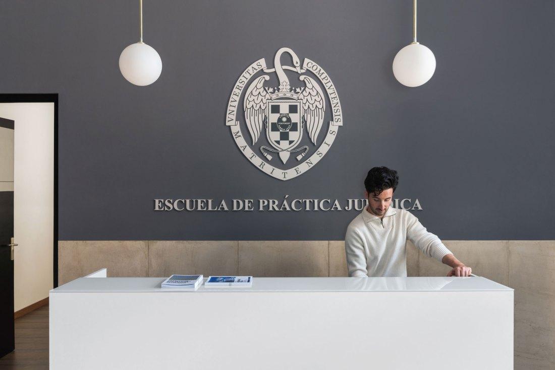 entrada de la Escuela de Práctica Jurídica. Un diseño de interiores de Deleite Design