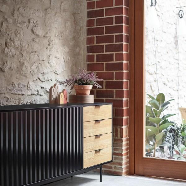 aparador en negro y madera con puertas en relieve
