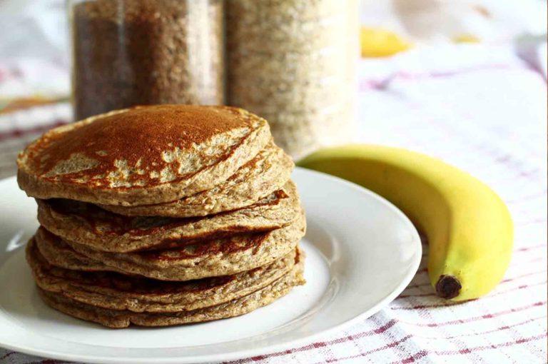Lekker smullen van gezonden en voedzame bananenpannenkoeken