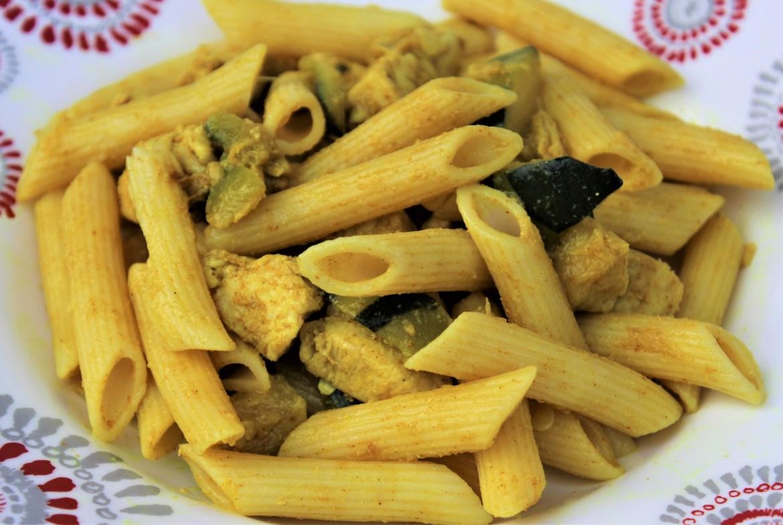 Pâtes Penne, Courgettes et Poulet au Curry