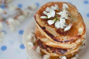 Pancakes cu mascarpone si flori de salcam