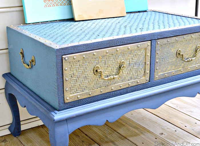 Wood Coffee Table Makeover using two tone paint technique| Painted Furniture| DIY Projects| Coffee Table Makeover| DIY Wood Coffee Table Makeover| Repurposed Table| Upcycled Furniture| Handpainted Furniture| Chalk Paint Projects| Annie Sloan Furniture