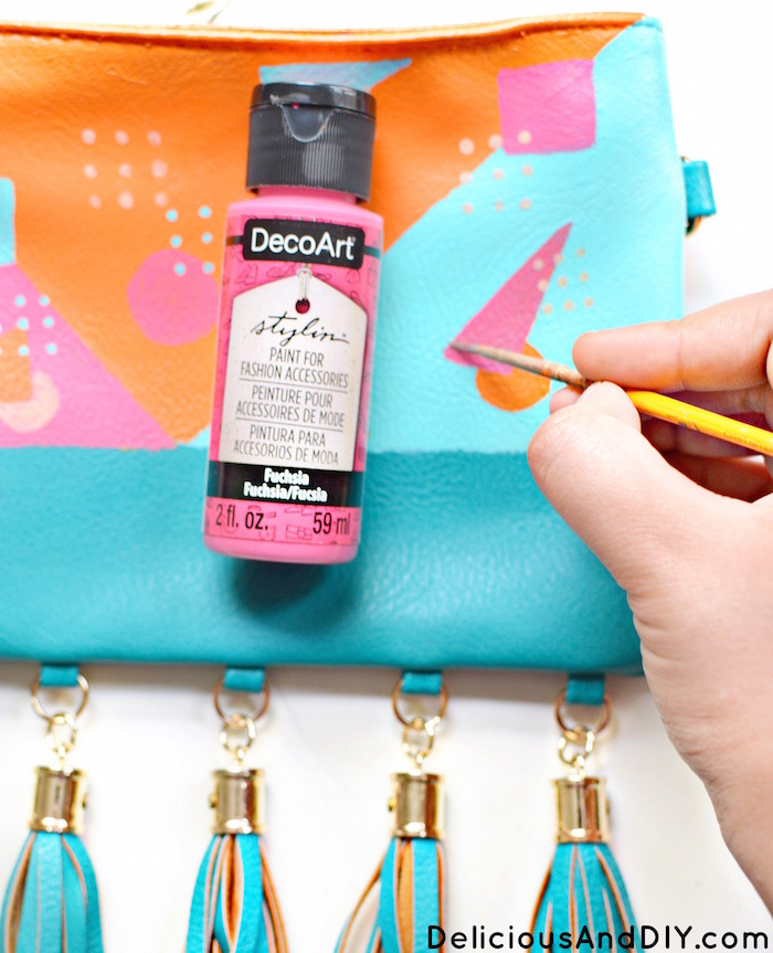 Learn how to create this beautiful 80s Inspired pattern on a plain bag to instantly transform it into this beautiful Mod Bag| Fabric Painted Bag| DIY Accessories Project| DIY Craft Projects| 80s Mod Patten| 80s Inspired Design