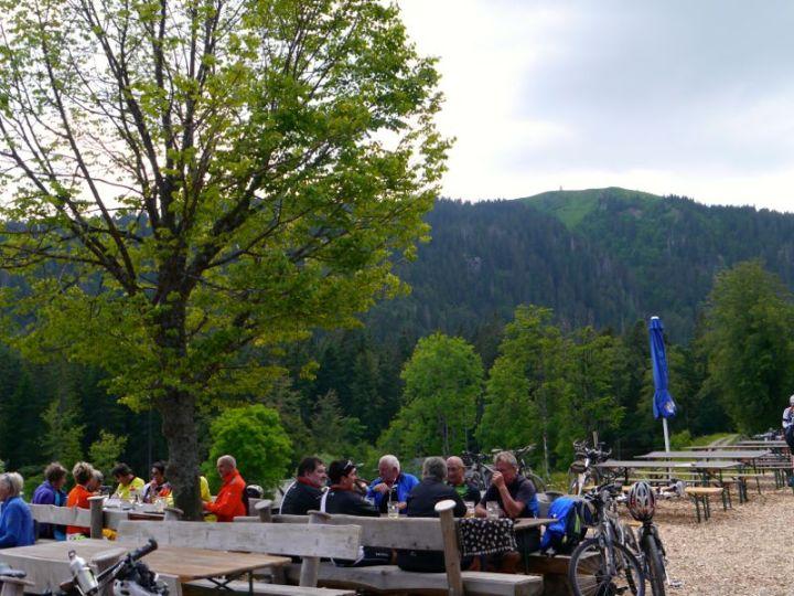 Vesper mit Blick auf den Feldberg: Biergarten vom Raimartihof