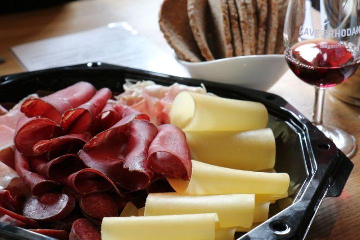 Walliser Teller mit Trockenfleisch, Bergkäse und Roggenbrot - einfach lecker.