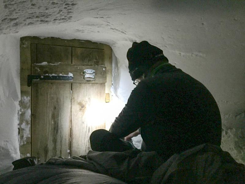 Draußen -8 Grad, drinnen kaum wärmer: schnell noch die Schuhe aus und dann ab in den Schlafsack.