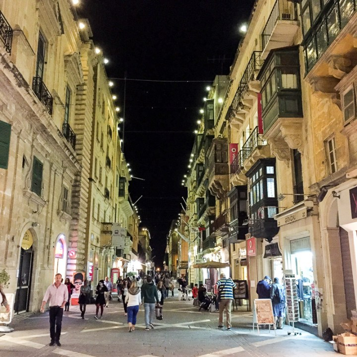 Einkaufsstraße bei Nacht