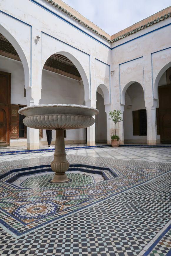 Typisch für die Häuser in Marrakesch: Innenhof mit Brunnen