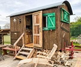 Urig übernachten im original Holzfäller-Wagen
