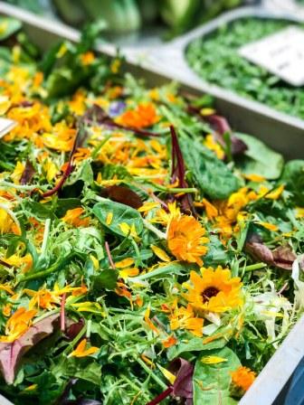 Farbgewitter: Gemüsestand in der Markthalle
