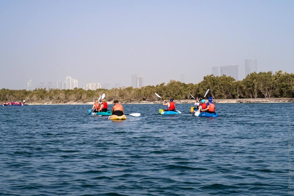 Kajaktour durch die Mangroven vor der Skyline von Abu Dhabi