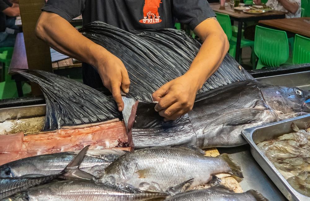 BBQ auf Koh Lipe: Fisch auswählen, ein Stück in der gewünschten Größe schneiden und nach Wunsch grillen lassen