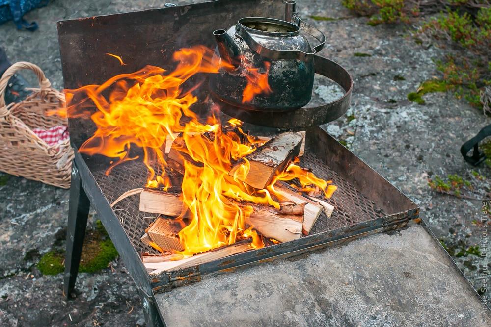Fikka auf offenem Feuer im Archipel von Luleå