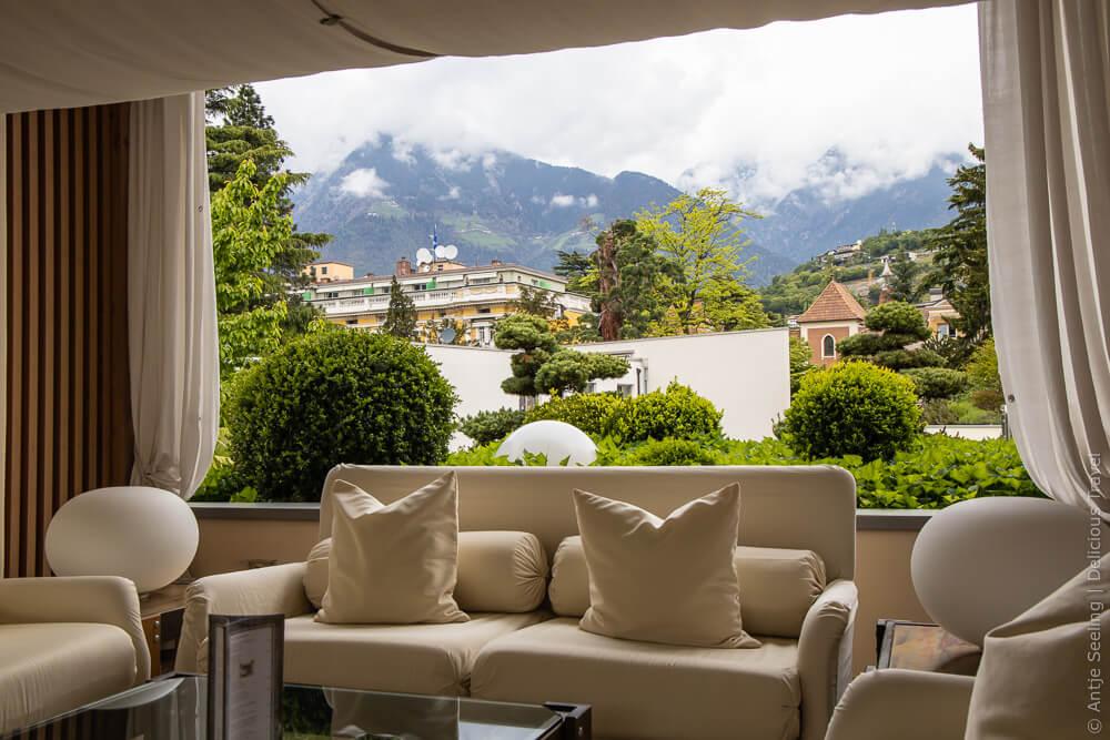 Mein Lieblingsplatz im Parkhotel Mignon: die Bonsai-Lounge mit Blick auf die Berge