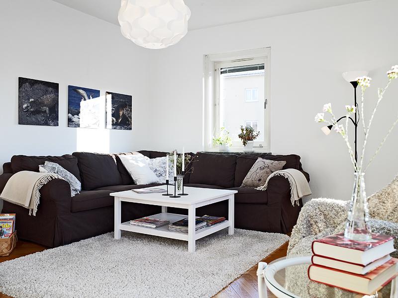 57m con espacio para libros blog decoraci n estilo n rdico delikatissen - Salones con sofa negro ...