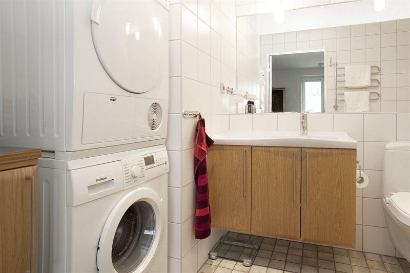 Cuartos de ba o con lavadora blog tienda decoraci n - Secadora encima lavadora ...