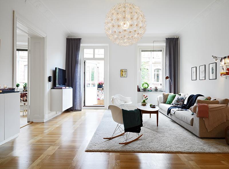 Elegante piso con suelo de parquet arce molduras en los for Molduras para chimeneas