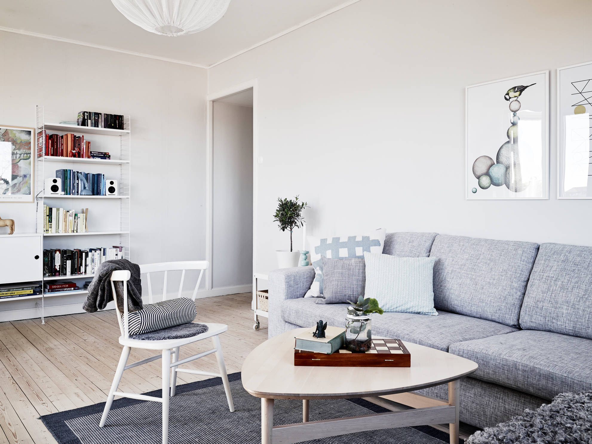 Un piso blanco y gris lleno de luz blog tienda for Decoracion piso moderno