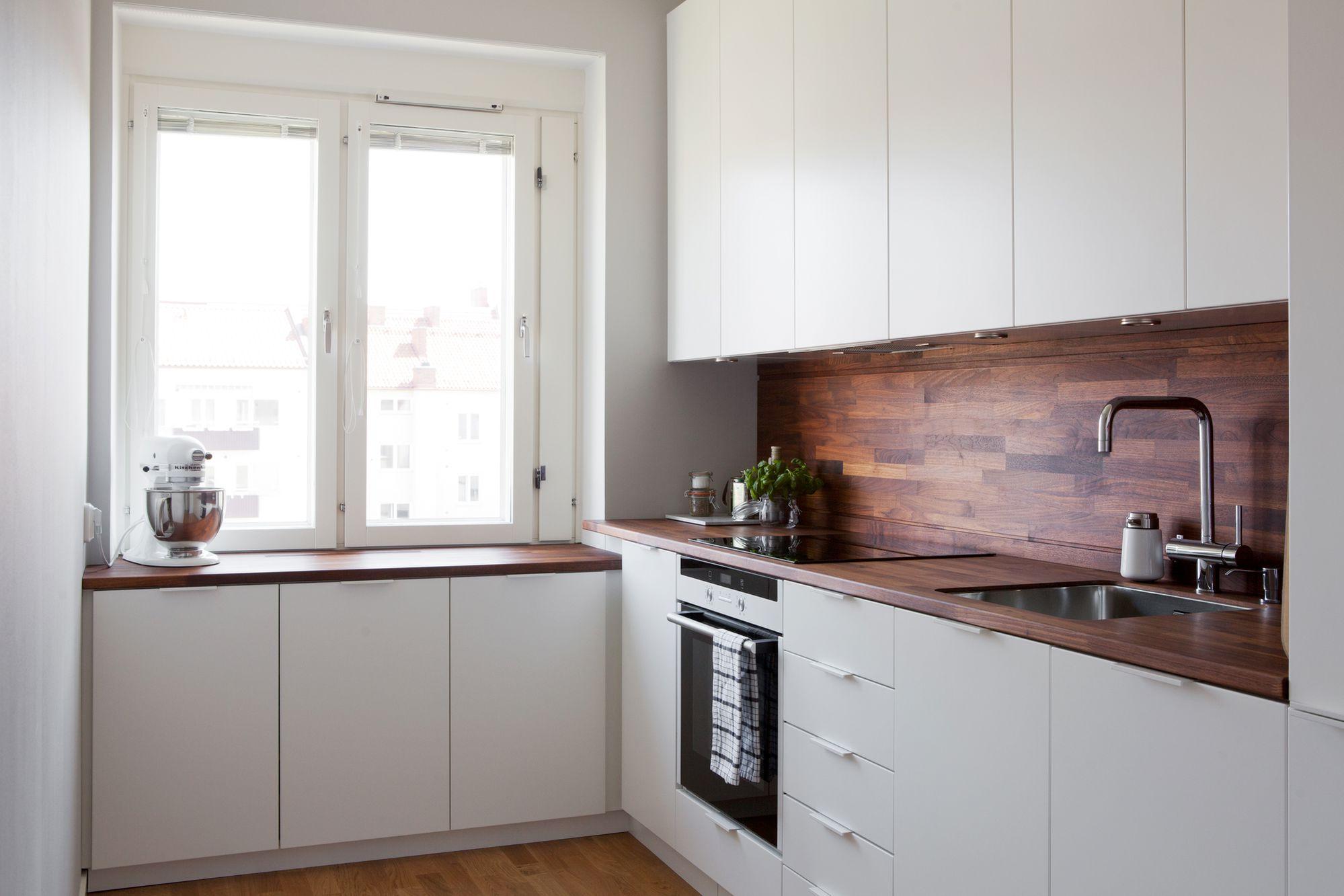 Cocina blanca con revestimiento de madera oscura blog for Mesas de cocina blancas y madera
