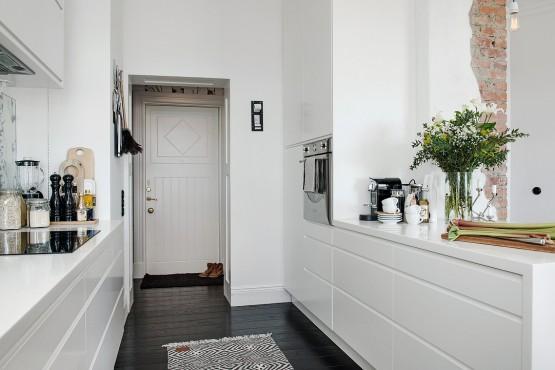 Suelo de madera negra suelo de madera blanca puertas correderas tipo granero pared ladrillo visto interiores armonía estilo escandinavo espacio diáfano decoración decoración estilo nórdico blog decoracion interiores