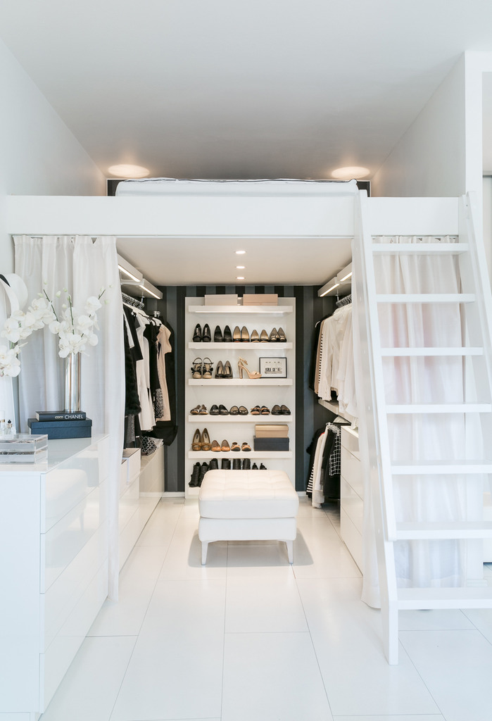 walk in closet vestidor en minipiso puro blanco decoración estilo escandinavo distribución diáfana decoración pisos pequeños deco total white cama en altillo blog decoracion interiores