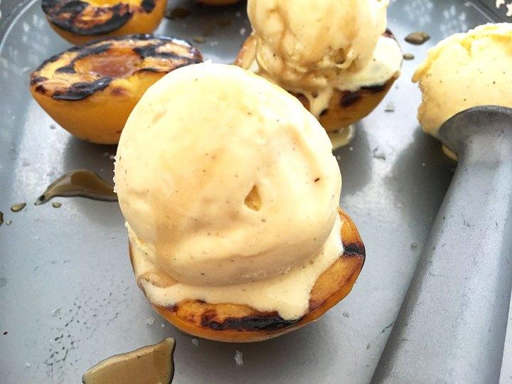 Melocotones a la parrilla con helado