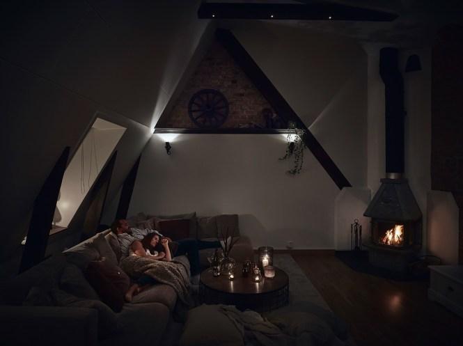 vigas en el techo salon chimenea ladrillo visto estufa de leña estilo nórdico decoración terrazas decoración áticos cenas en la terraza atico escandinavo
