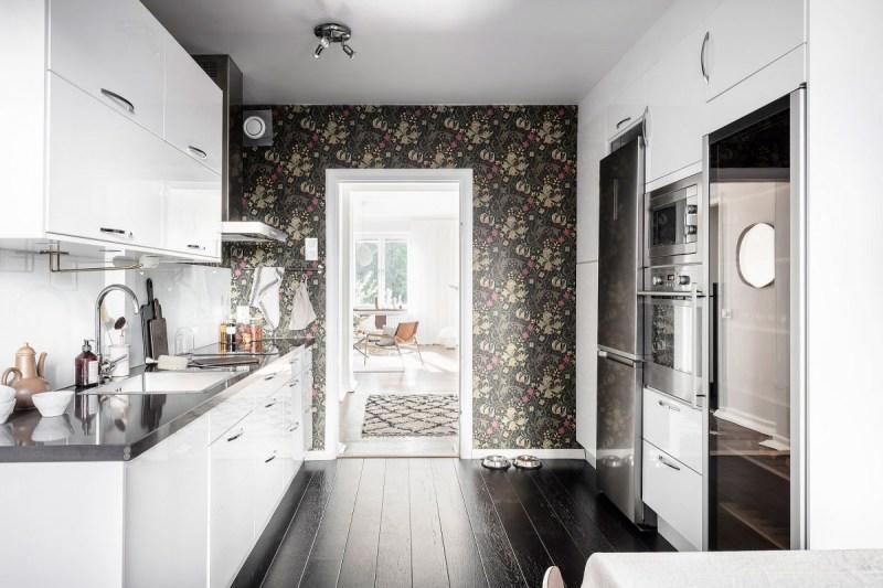 wallpaper suelo negro en la cocina suelo de madera en la cocina scandinavian kitchen papel pared floral papel de pared en la cocina estilo escandinavo estilo bohemio cocina original cocina nórdica