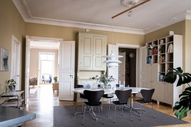 habitación de servicio estilo nórdico clásico estilo escandinavo suecia decoración siglo xxI decoración marrones tostados cremas decoración calida arquitectura siglo XX