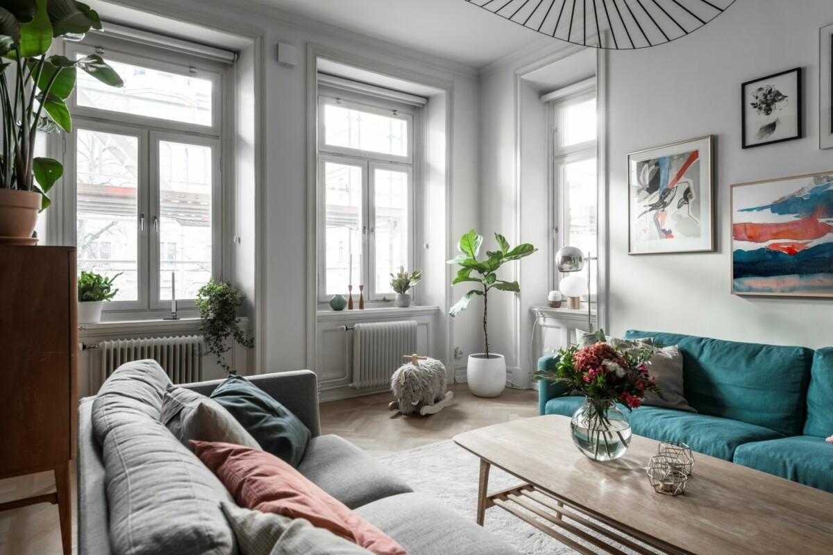 Salón con dos sofás iguales de diferente color
