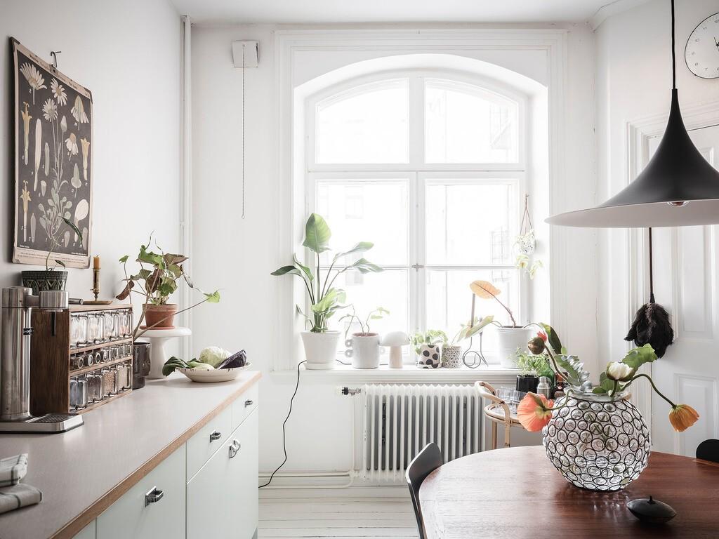 Gran cocina nórdica en pequeño apartamento sueco