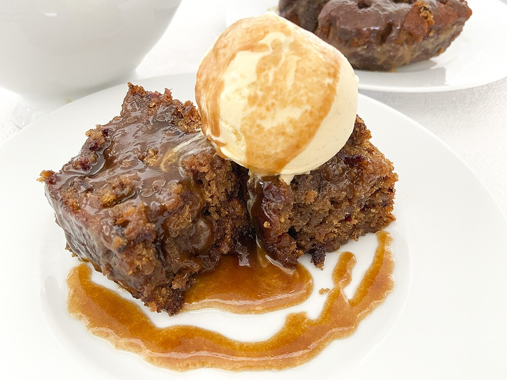 Sticky toffe pudding cake with toffe sauce