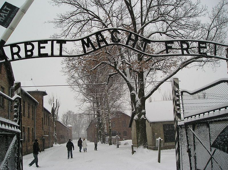 800px Entrance To Auschwitz Auschwitz Birkenau