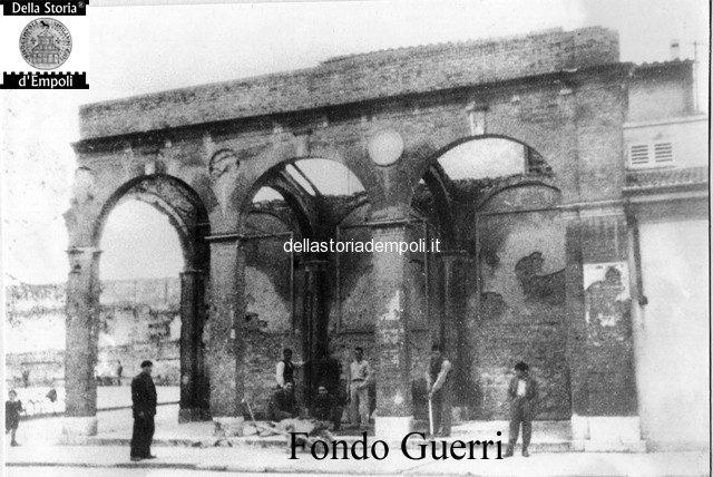 Piazza Ferrucci, demolizione dell'antica loggia del mercato della frutta