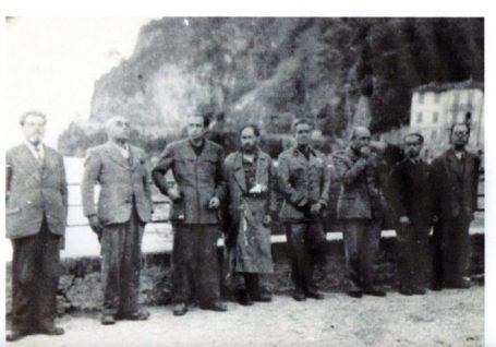 Gerarchi allineati sul lungolago di Dongo