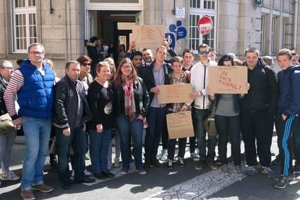 Une soixantaine de lycéens s'est réunie hier devant le lycée Cazin à Boulogne