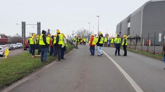 Une centaine d'agriculteurs de la coordination rurale a manifesté ce matin devant un poste de garde du port de Dunkerque