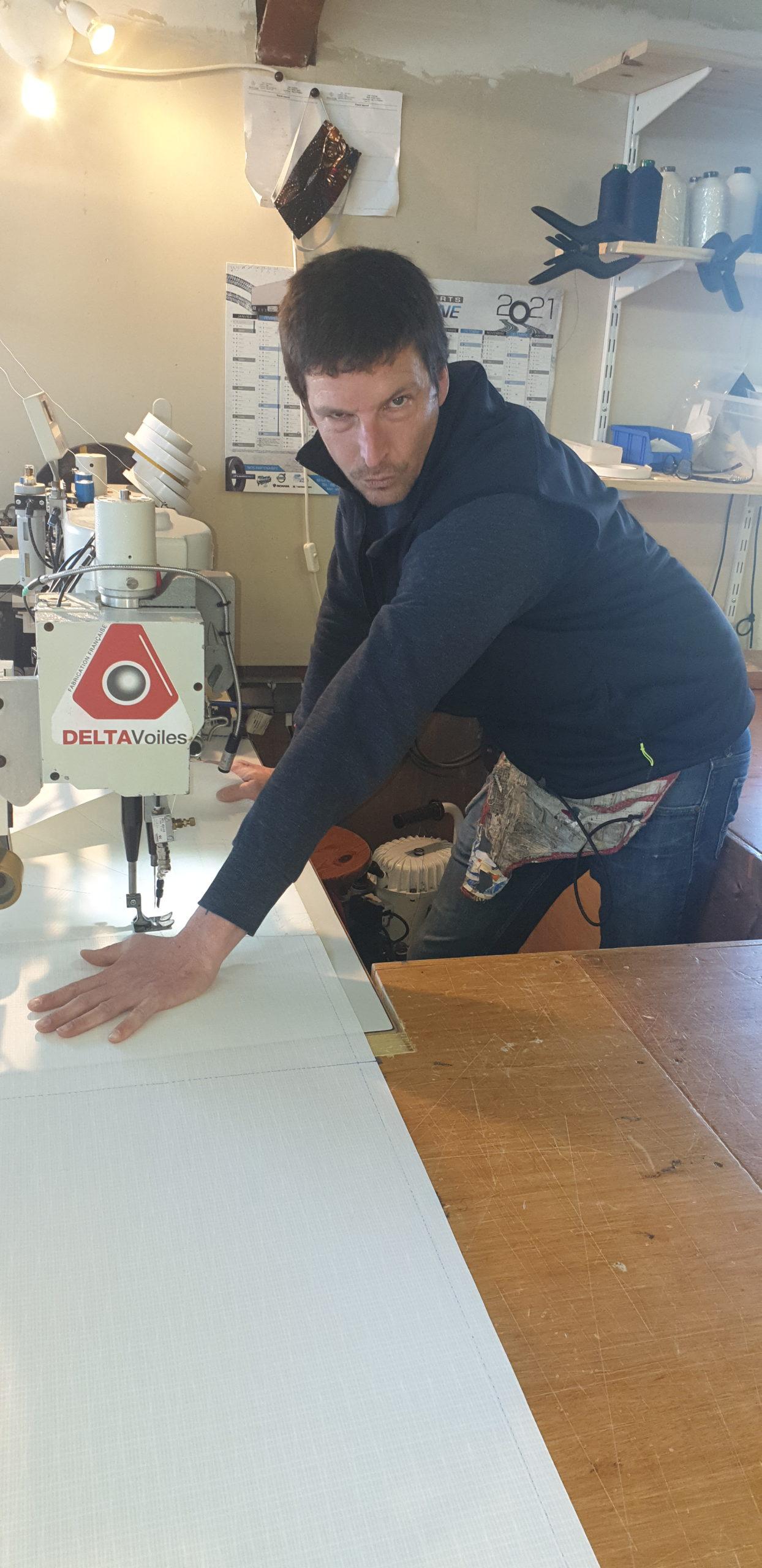 Couture sur la fabrication d'une grandvoiles par François