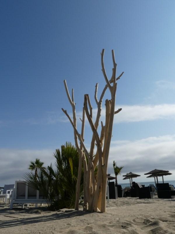 Sculpture en bois flotté. Colonne réalisée à partir de grosses branches de bois flotté en bois flotté. Création artisanale Française by Deluxe Créations