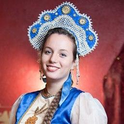 Tous les serveurs et serveuses sont en costume russe traditionnel