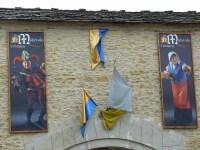 Drapeaux aux couleurs de la cité de Crémieu.