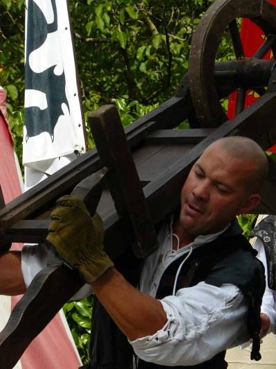 """Lors du spectacle """"L'Elixir de Cornélius"""" l'homme présenté comme """"l plus fort de France"""" a porté une brouette de 24 kg... sur son menton."""