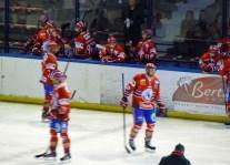 Les Lions entrent sur la patinoire.