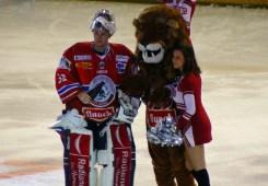 La mascotte des Lyon, un joueur et une pom-pom girl entre deux tiers temps.