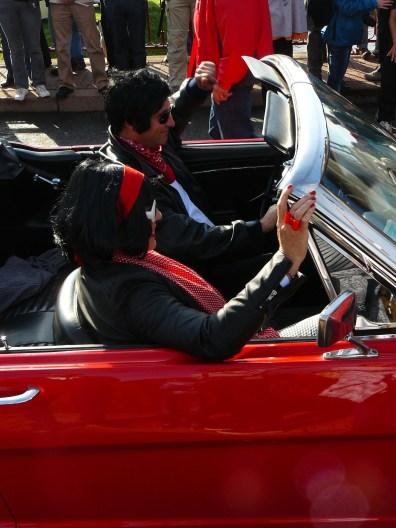 Les occupants des voitures étaient lookés années 50-60.