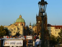 De nombreux artistes investissent le pont Charles à Prague