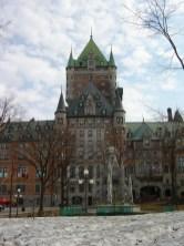"""La devise """"Je me souviens"""" est inscrite sur la façade du parlement."""