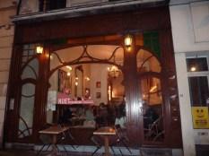 La brasserie Nuetnigenough arbore un style art déco.