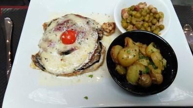Escalope de poulet gratinée à la pancetta et à l'aubergine.