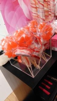 Sucreries roses dans les rayons.